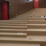 Podlaha v kině - položené PVC na schodek v sále