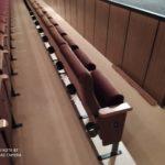 Pohled na zadní stranu nových sedaček v kině