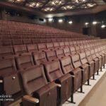 Boční pohled na nové sedačky v kině